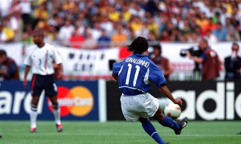 ريو فرديناند يحكي قصة لقاء كوميدي برونالدينيو بعد هدفه في مونديال 2002