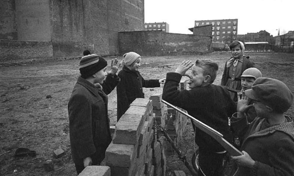 FilGoal   أخبار   دربي برلين.. عندما تخترق الكرة جدارا جسّد معاناة الحرب